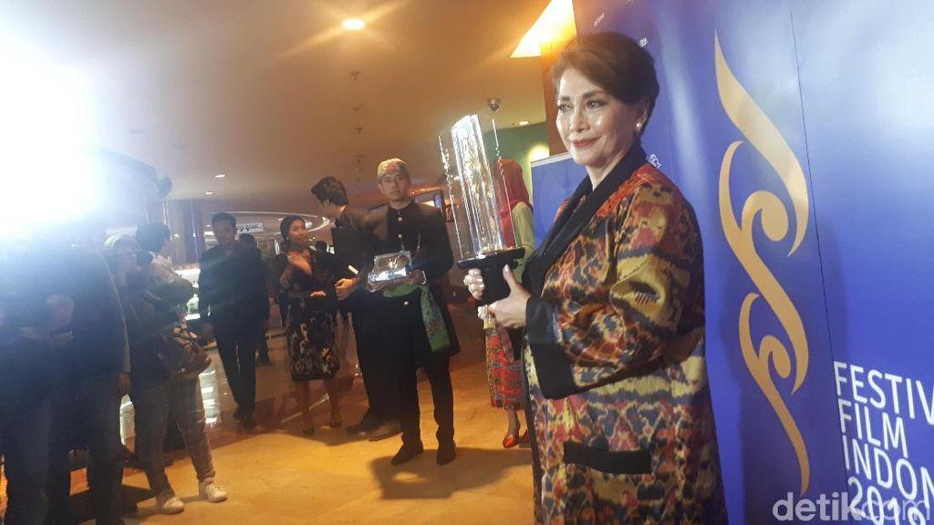 51 Tahun Bertahan di Dunia Seni Peran, Widyawati Diberikan Lifetime Achievement