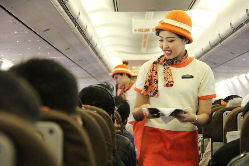 Traveler dapat merasakan pengalaman penerbangan yang berbeda melalui kehadiran atribut jadul seperti di era tahun 1970-1980an. Pramugari tampil dengan seragam klasik yang digunakan pada era tersebut (dok Garuda Indonesia)