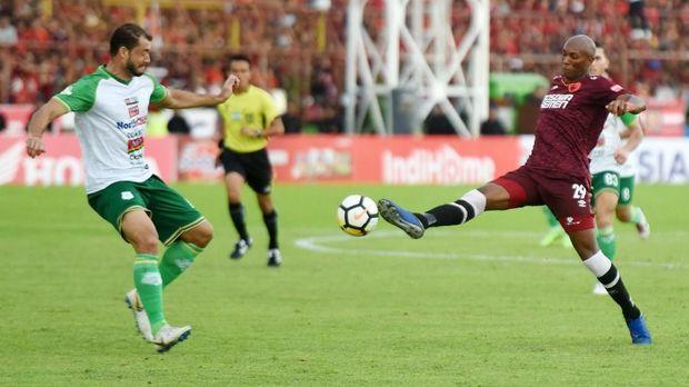 Alessendro Ferreira cetak dua dari lima gol kemenangan PSM Makassar atas PSMS Medan. (
