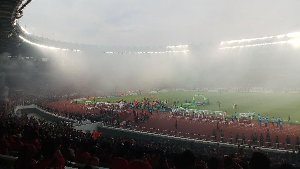 Persija Juara Liga 1 2018, GBK Diselimuti Asap Flare