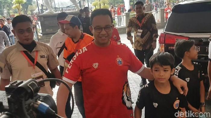 Gubernur DKI Jakarta Anies Baswedan menonton laga Persija Jakarta di Stadion GBK. (Zunita Amalia Putri/detikcom)