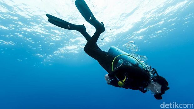 Ilustrasi wanita sedang scuba diving.