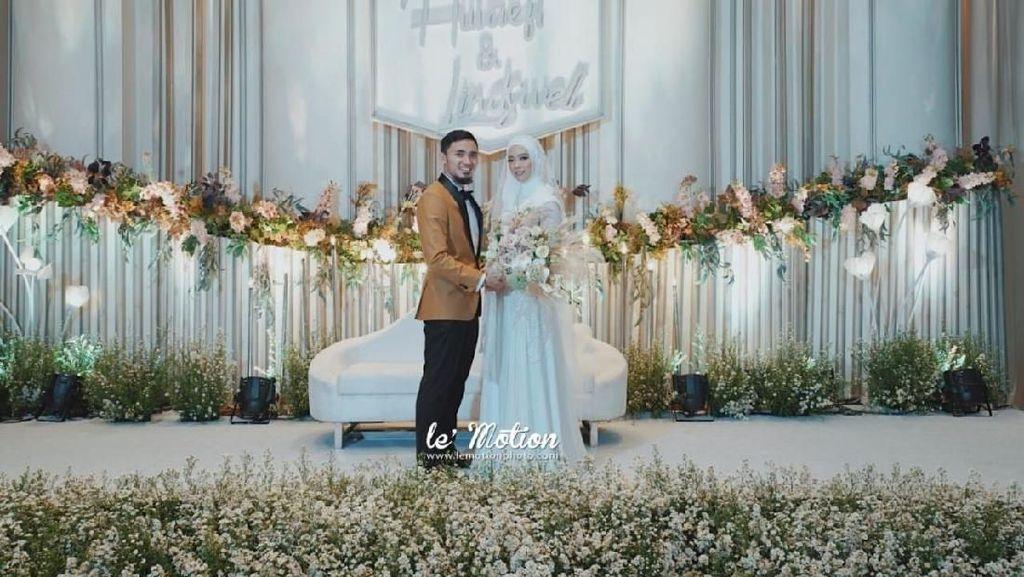 Konsep Internasional nan Simpel di Pernikahan Lindswell-Hulaefi
