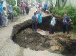 Lubang Menganga di Jalan Kutawaringin Akibat Tanah Ambles