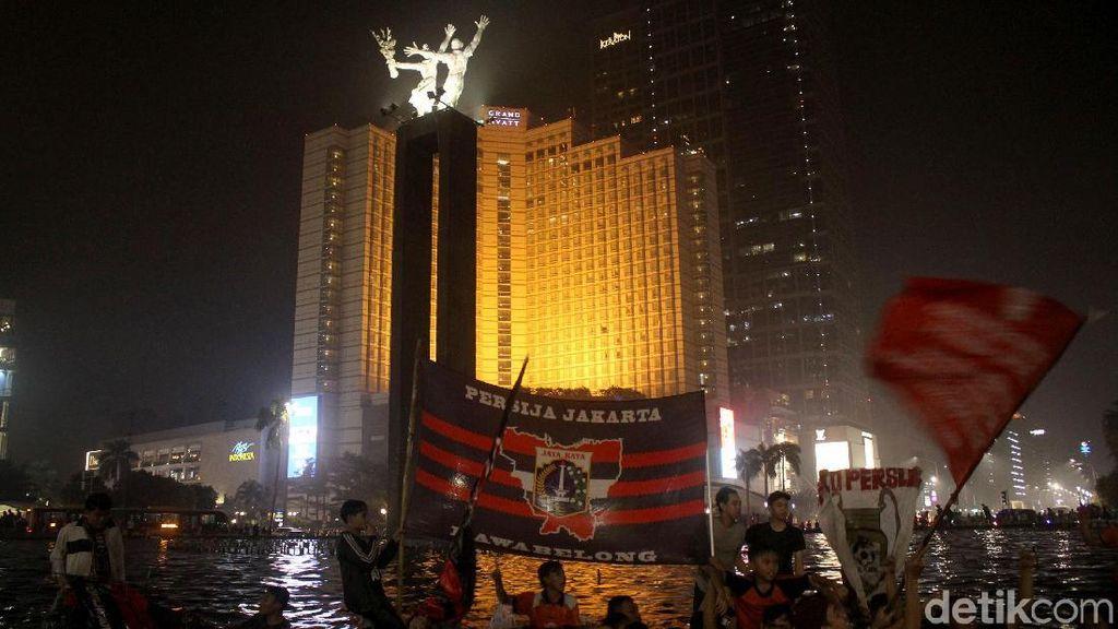 Rayakan Kemenangan, The Jakmania Nyebur ke Kolam Bundaran HI