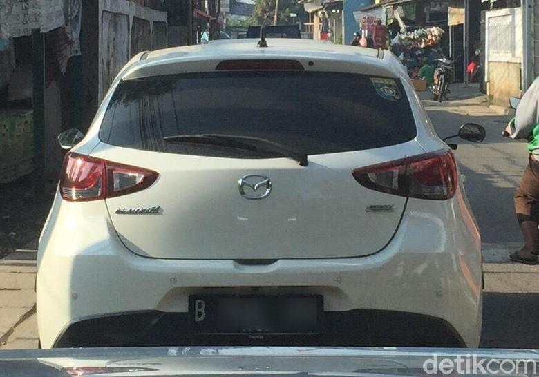 Mobil Pakai Spion Motor. Foto: Dok. Hamdani/StreetShot