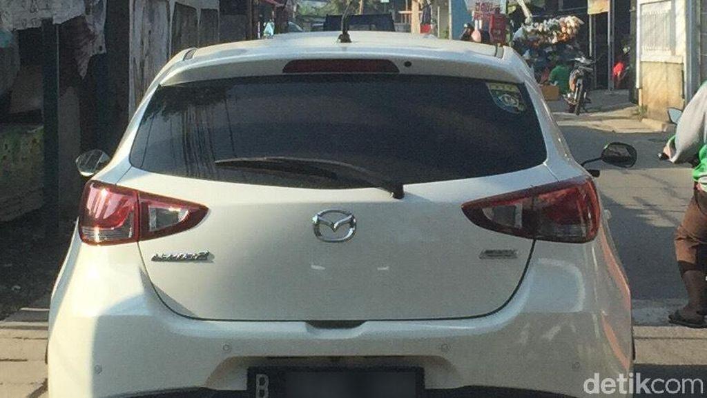 Ada yang Aneh dari Mobil Ini? Kok Pakai Spion Motor?