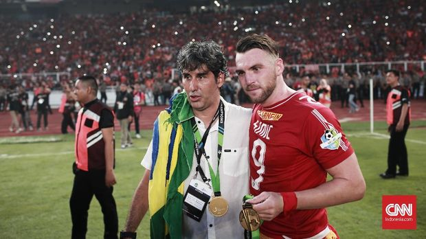 Stefano 'Teco' Cugurra (kiri) mampu membawa Persija Jakarta juara Liga 1 2018. (
