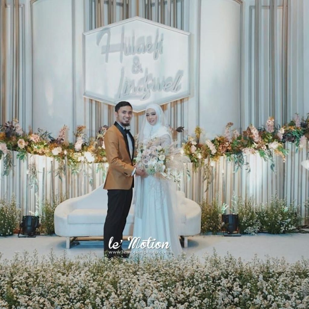 Foto: Penampilan Lindswell Kwok dengan Gaun Putih Saat Resepsi Pernikahan