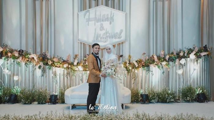 Dekorasi pernikahan Lindswell Kwok dan Achmad Hulaefi yang bernuansa serba putih. Foto: lemotionphoto for detikSport