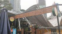 Angin Kencang, Atap Rasuna Garden Food di Kuningan Sampai Terbang