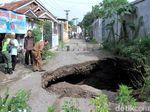 Jalan di Kutawaringin Ambles, Picu Terbentuknya Lubang Bak Gua