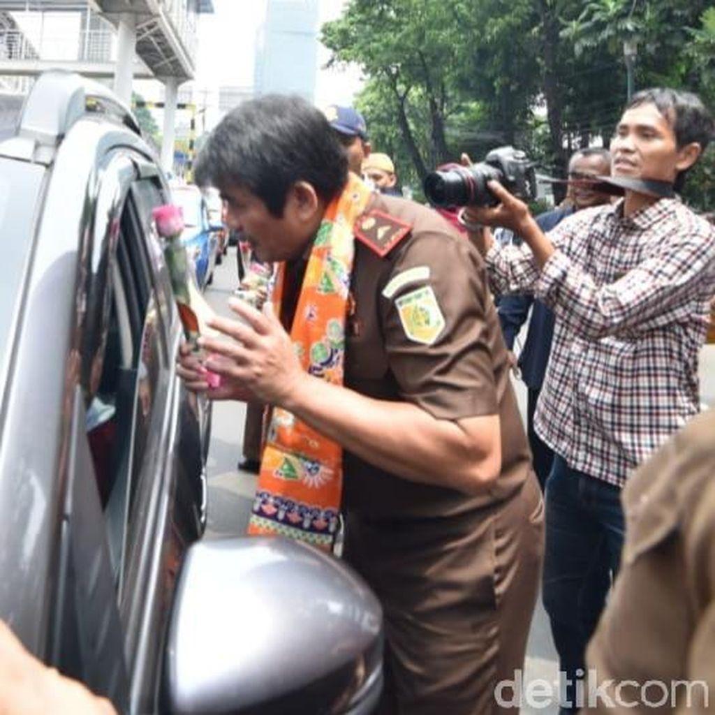 Peringati Hari Antikorupsi, Jaksa Bagi-bagi Bunga ke Pengendara