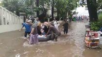 Jalan Tergenang, Pasien RSUD Tebet Diangkut Pakai Perahu Karet