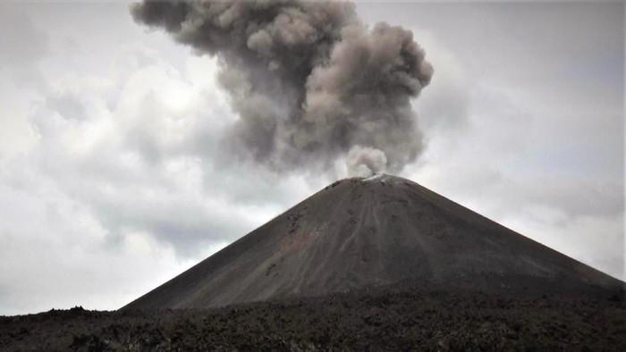 Foto Gunung Anak Krakatau pada Senin (10/12/2018) (Foto: Antara Foto/Weli Ayu Rejeki)