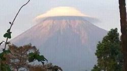Awan Membentuk Topi di Gunung Semeru, BMKG: Sangat Jarang