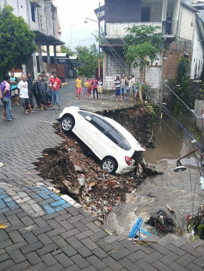 Banjir melanda wilayah Kota Malang pasca diguyur hujan deras. Dampaknya, mulai dari mobil hanyut terseret air sampai pengendara motor terjatuh akibat terseret air.