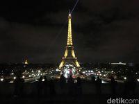 Menara Eiffel yang bercahaya saat malam