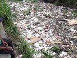 Penampakan Tumpukan Sampah di Kali Samping Unisma Bekasi