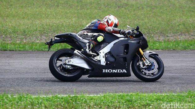 Seorang rider menjajal motor Honda RC213V-S di Sentul
