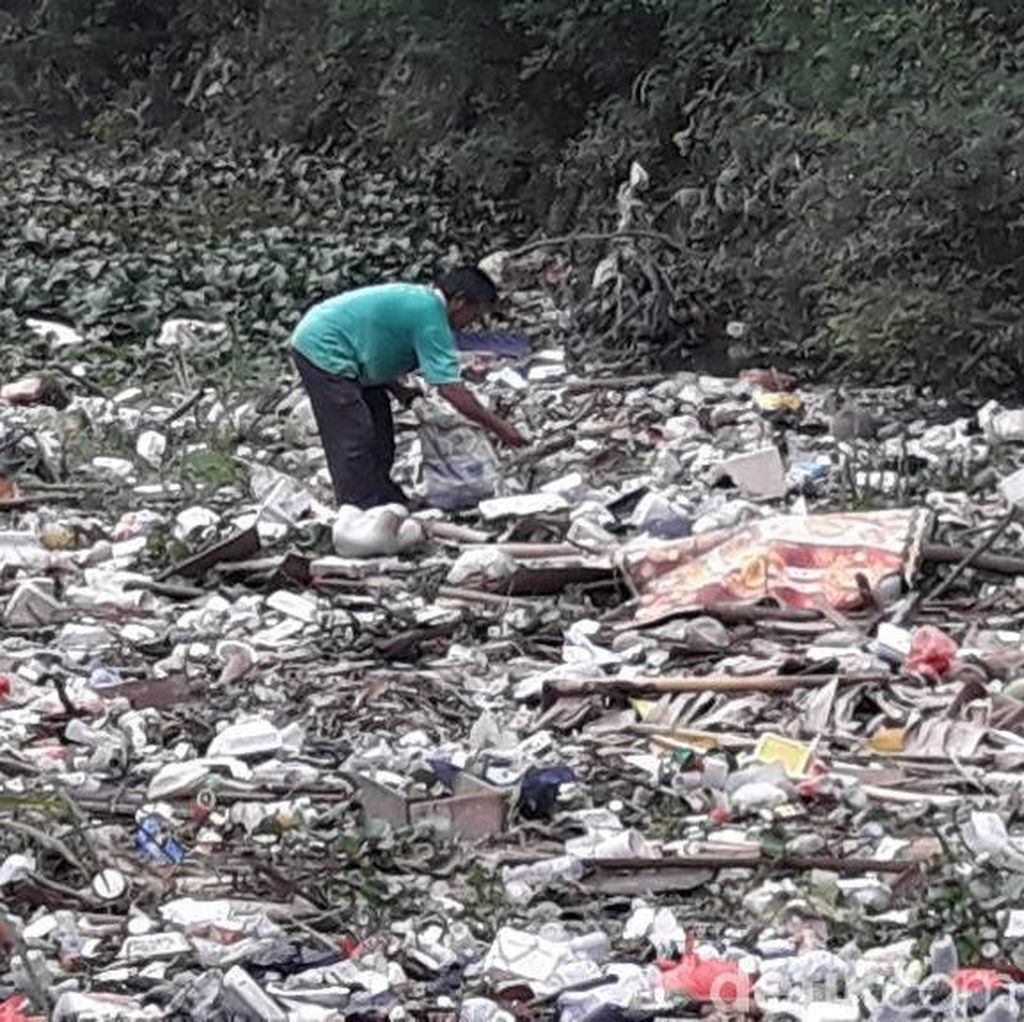Duh! Sampah Menumpuk di Kali Samping Unisma Bekasi