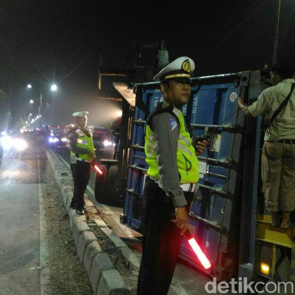 Tak Kuat Nanjak, Truk Kontainer Terguling di Sidoarjo