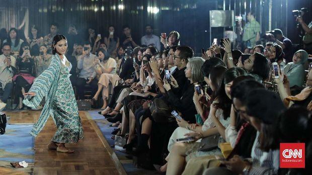 Model memeragakan koleksi busana Bramanta Wijaya bertajuk