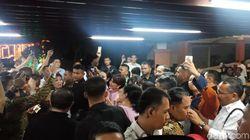 Saat Jokowi Dikepung Relawan untuk Selfie
