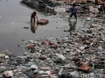 Miris, Laut Penuh Sampah Plastik Jadi Taman Bermain Anak-anak