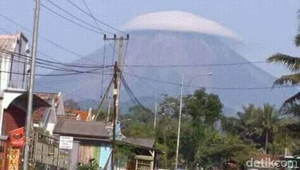 Viral Penampakan Gunung Semeru yang Bertopi Awan