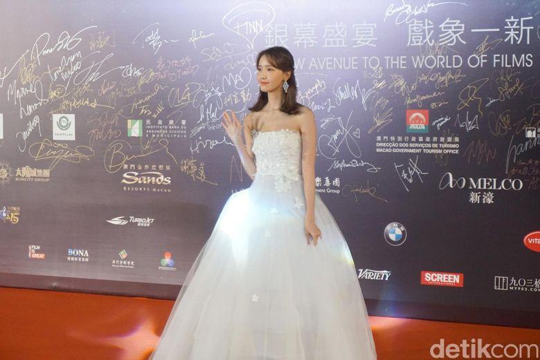Penyanyi berusia 28 tahun itu terlihat cantik menawan dengan gaun putih.