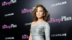 Di usianya yang ke-49 tahun, Jennifer Lopez atau akrab disapa Jlo kok masih awet muda saja ya? Intip transformasinya di sini.
