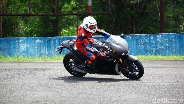 Tercatat 10 orang terpilih sukses menunggangi motor yang dibanderol seharga Rp 7,6 miliar ini. Para orang pilihan tersebut berasal dari beragam wilayah di Indonesia.