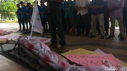 Hari HAM, Massa Salati Jenazah Plt Gubernur Aceh