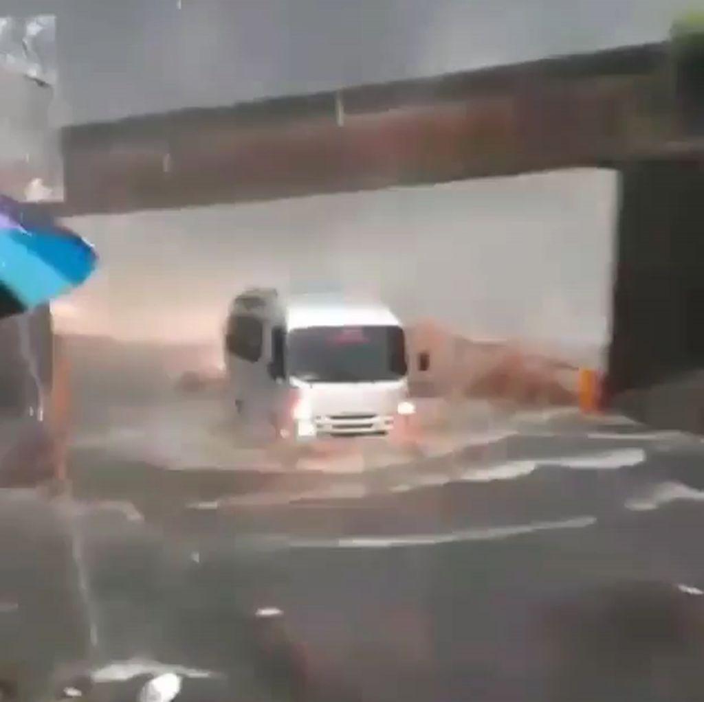 Hujan Deras, Padang-Bukittinggi Dilanda Banjir hingga Longsor