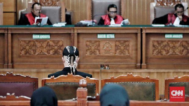 Ahmad Dhani menjalani sidang di Pengadilan Negeri Jakarta Selatan, Jakarta. 10 Desember.