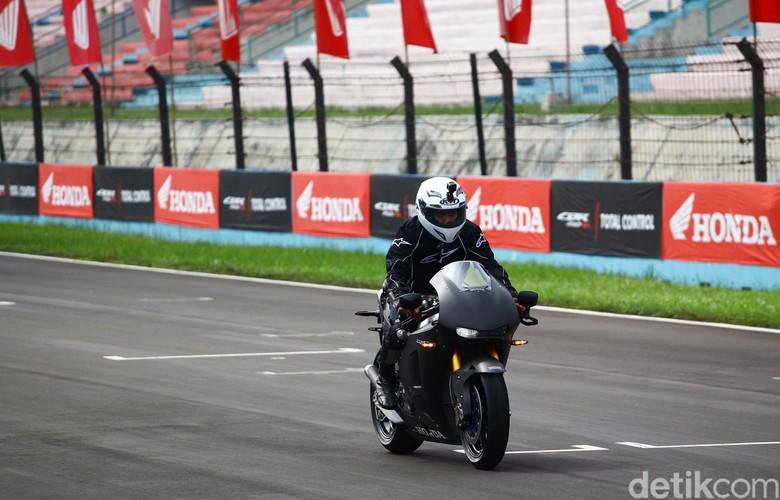 Desta Jajal Honda RC 213 V-S di Sirkuit Sentul. Foto: Grandyos Zafna