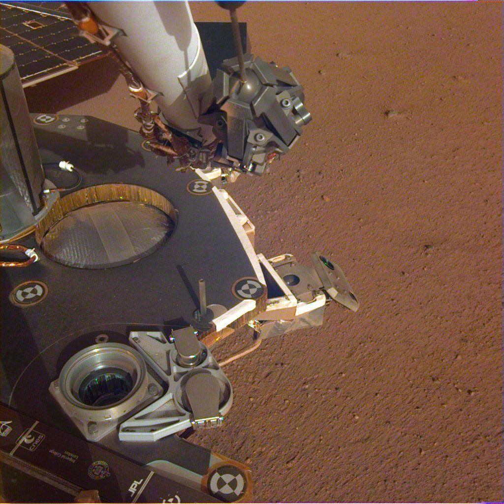 Gambaran parsial dari dek InSight yang sudah mendarat di Mars, yang terdokumentasi pada tanggal 4 Desember 2018. (Foto: NASA/JPL-Caltech)