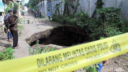 Penampakan Lubang Besar yang Menganga di Bandung