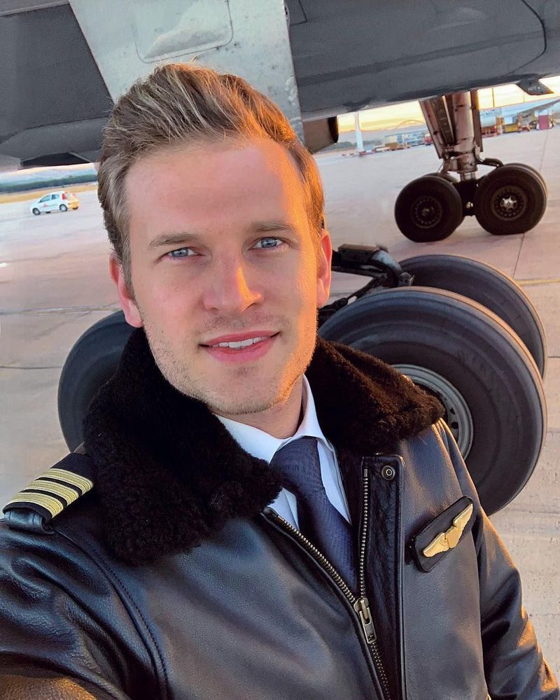Setelah bekerja sebagai pilot pesawat jet selama 6 tahun, kini ia beralih menerbangkan pesawat Airbus A300 (pilotpatrick/Instagram)