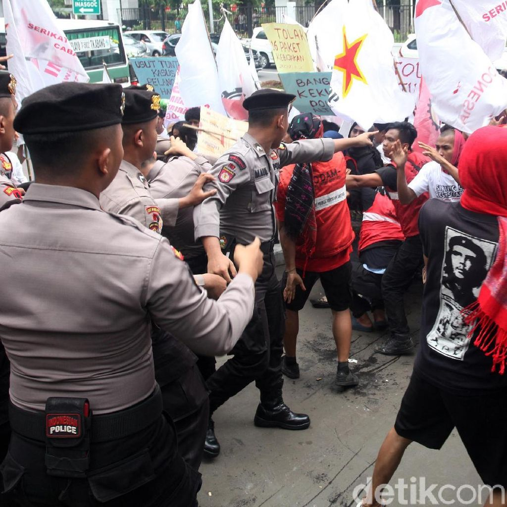Pedemo dan Polisi Saling Dorong di Depan Kemenristekdikti