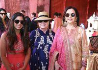 Hillary Clinton (tengah) saat menghadiri rangkaian acara pernikahan Isha Ambani (kiri) di Udaipur, India.