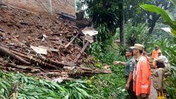 Usai Hujan Deras, Tanah Longsor Terjang Taman Salam Jatipadang