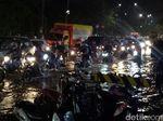 Diguyur Hujan Sejam, Jalanan di Makassar Tergenang
