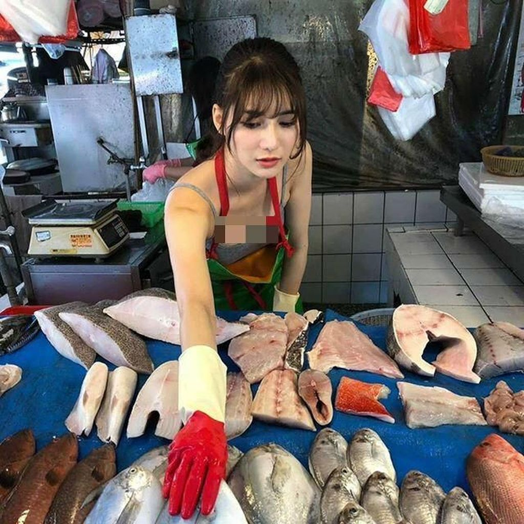 Foto Viral Penjual Ikan Cantik Ini Bikin Pria Rajin ke Pasar