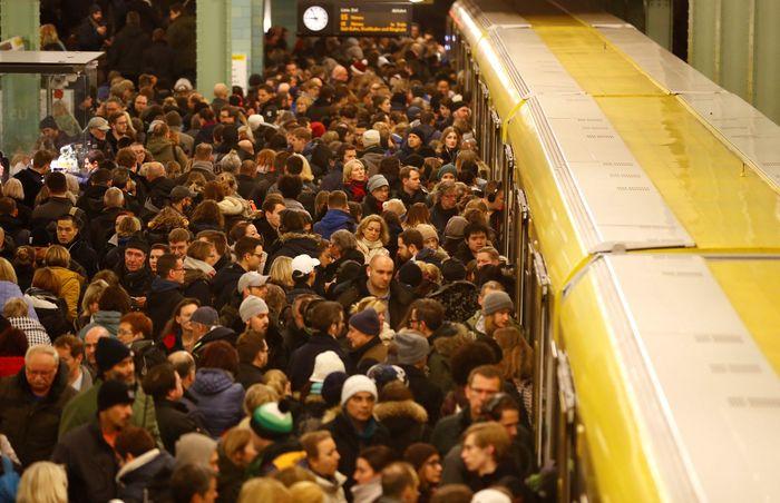 Penumpang kereta di bawah tanah U-Bahn di Stasiun Alexanderplatz selama pemogokan pekerja kereta api karena sengketa upah dengan Deutsche Bahn. Fabrizio Bensch/Reuters.