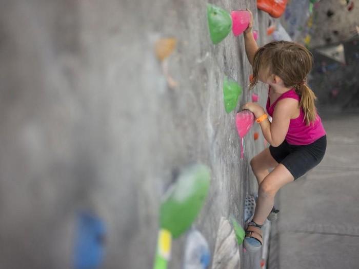 Asalkan sudah kuat mengangkat badan sendiri, anak kecil aman untuk panjat tebing (Foto: iStock)