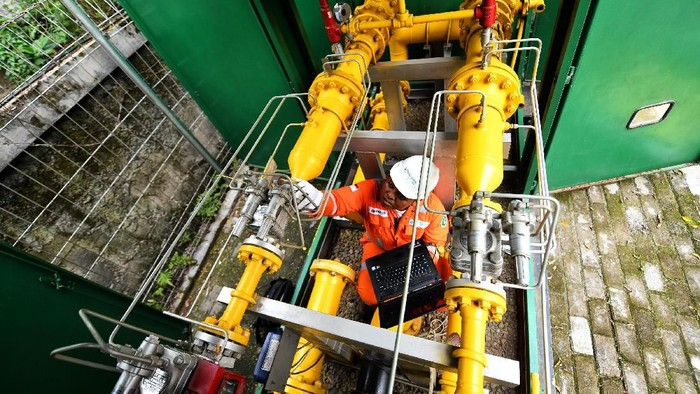 Petugas PT Perusahaan Gas Negara Tbk (PGN) melakukan pengecekan rutin instalasi di PT Ubin Keramik Kemenangan Jaya Bogor, Jawa Barat. PGN telah mengoperasikan infrastruktur pipa gas bumi sepanjang 7.453 km atau setara 80% pipa gas bumi hilir di seluruh Indonesia.
