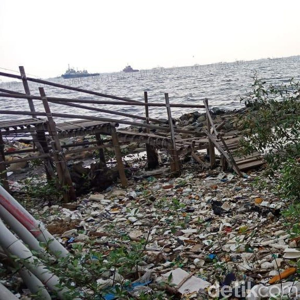 Jorok! Pantai Marunda Dipenuhi Sampah
