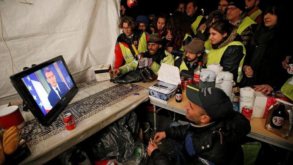 Presiden Macron Buka Suara Terkait Demo Rompi Kuning di Paris